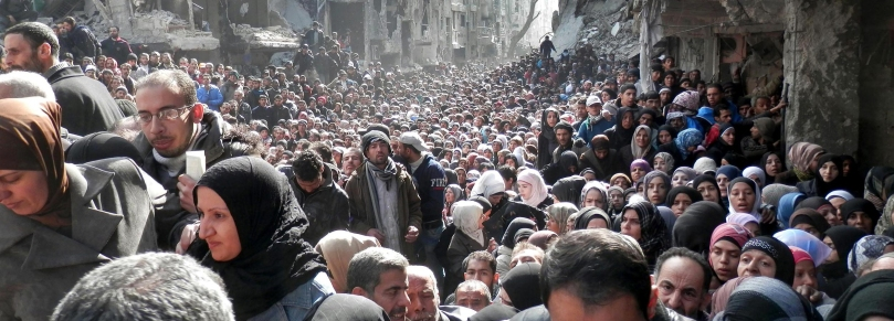 Palestinian residents of Yarmouk waiting for food