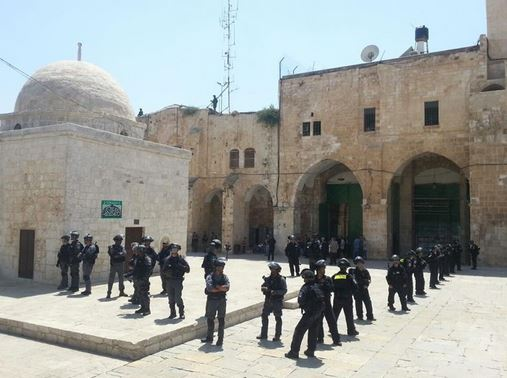 Israeli forces protecting Jewish extremists at Al-Aqsa Mosque in Jerusalem