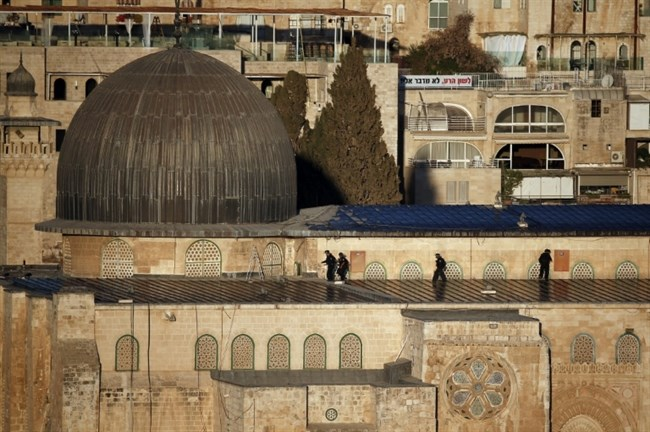 Israeli security forces take position on the roof of the Al-Aqsa Mosque in Jerusalem's Old City during clashes with Palestinians on Sept. 28, 2015. (AFP/Thomas Coex)