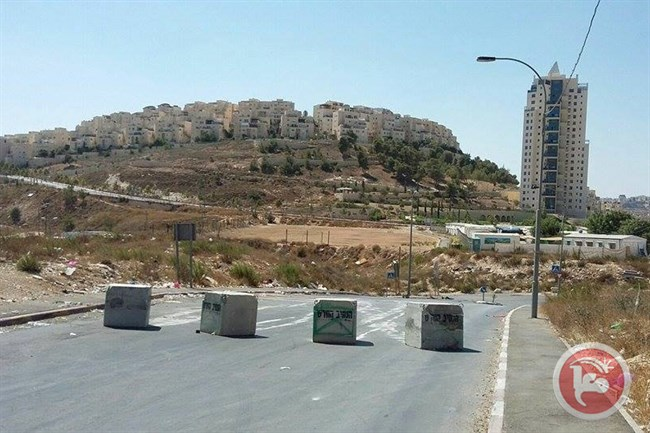 Israeli authorities closed the main entrances to East Jerusalem neighborhoods with cement blocks on Wednesday (Ma'an News Agency photo)