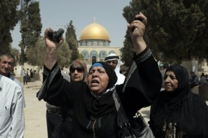 A Palestinian woman shows rubber bullets reportedly used by Israeli police outside the Al-Aqsa Mosque compound, after clashes erupted on September 13, 2015. (AFP/Ahmad Gharabli)