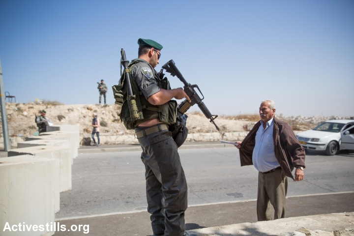 Israeli police and stop and check Palestinians going out of the East Jerusalem neighborhood of Issawiya on October 15, 2015, Jerusalem, Israel. (Yotam Ronen/Activestills.org)