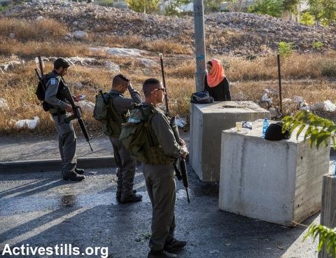 Israeli police and stop and check Palestinians going out of the East Jerusalem neighborhood of Jabel Mukaber, October 15, 2015, Jerusalem, Israel. (Photo: Yotam Ronen/Activestills.org)