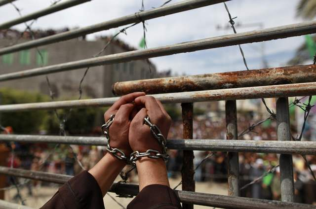 Palestinian prisoner in chains (Photo: Samidoun Palestinian Prisoner Solidarity Network)