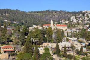 Ein Karem as it is today, an upscale Jewish suburb nestled in the hills in southwest Jerusalem. An example of re-population of Palestinian villages. By Gila Brand, CC BY 2.5, https://commons.wikimedia.org/w/index.php?curid=4059455