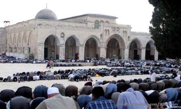 al-aqsa-mosque-worshippers-outside